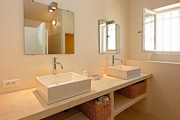 умывальники в ванной комнате на вилле